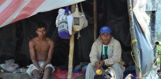 En improvisados cambuches, algunos pescadores artesanales de El Hobo pasan sus días esperando una solución a su problemática.
