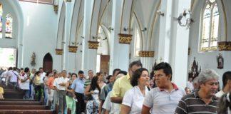 Desde tempranas horas de la mañana, cientos de feligreses arribaron a las diferentes iglesias de la ciudad para la imposición de la santa cruz.