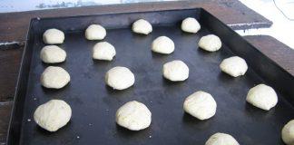 Los bizcochos de maíz listos para ser llevados al horno.
