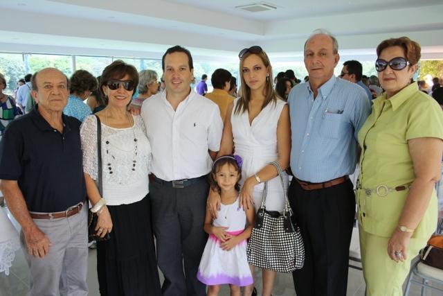 Mario Silva con su esposa Carolina de Silva y su hija Sofía; sus ...