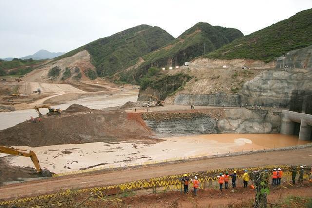 Anoche avanzaba el desvío total del río con el propósito de iniciar lo que será la construcción de la presa de El Quimbo.
