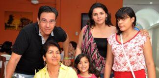 celebracion dia madre César Martínez, María de los Ángeles Martínez, Valentina Martínez, Rocío del Pilar Arias y Ángela María Martínez.