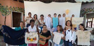 Las mujeres del barrio Prado Norte elaboran bolsos, carteras, guayaberas y blusas, entre otros artículos.