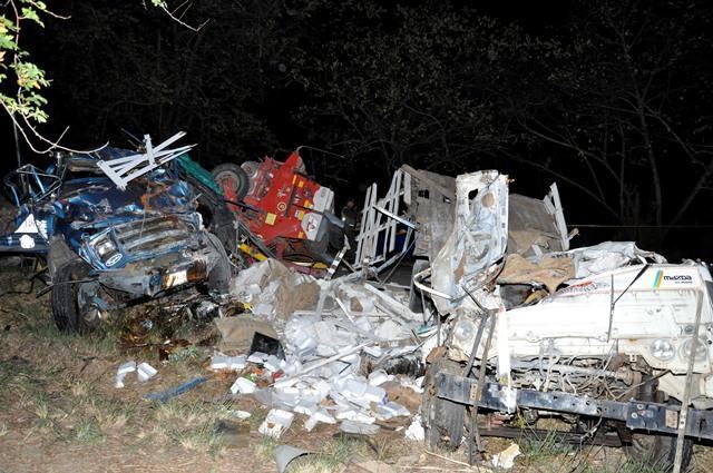 Los conductores de los dos camiones murieron al colisionar de frente. Los vehículos quedaron destruidos.