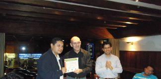 El alcalde de Neiva, recibe su correspondiente diploma por la capacitación recibida durante el viaje.
