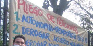 Albeiro Benítez junto al cartel que contiene el pliego de peticiones.