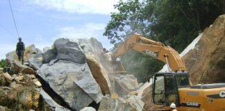 Las rocas que obstaculizan la vía deben ser removidas para comenzar con los trabajos de recuperación de la tubería averiada.