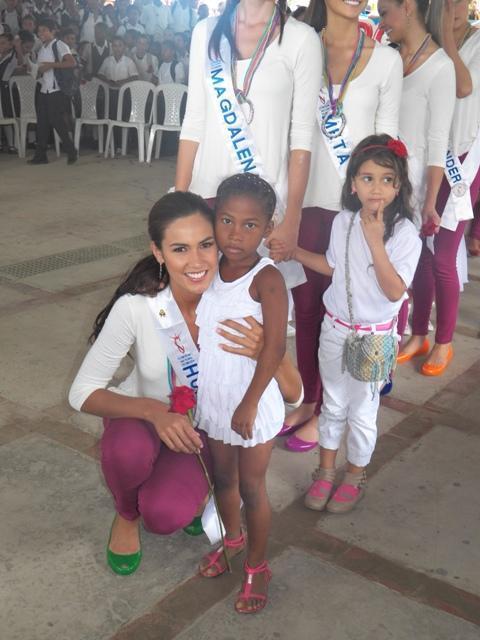 Con su simpatía la señorita Huila Lorena Hermida se roba los corazones de los niños.