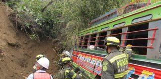 El cuerpo sin vida de un hombre fue encontrado cuando los socorristas sacaban el bus escalera.