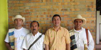 Ricaurte Hernández Castillo con productores de cafés especiales de alta calidad, ganadores del concurso nacional.