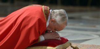 El Papa Francisco, ofreciendo su bendición en la celebración de viernes santo.