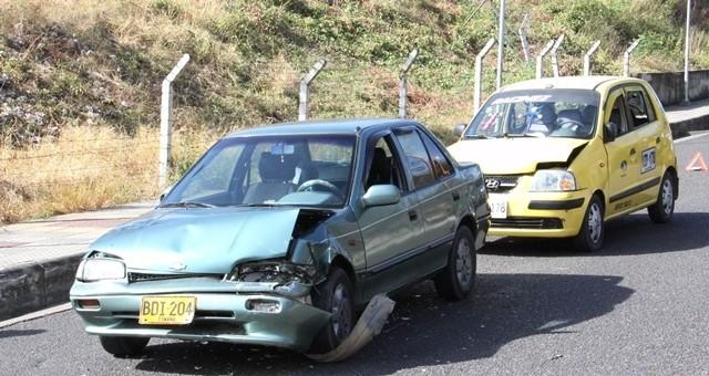Choque de tres carros dejó graves daños materiales 1 15 agosto, 2020