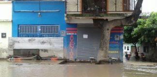 Una creciente de la quebrada Río Frío volvió a inundar la calle principal de Campoalegre y mantuvo paralizado en tránsito por varias horas.