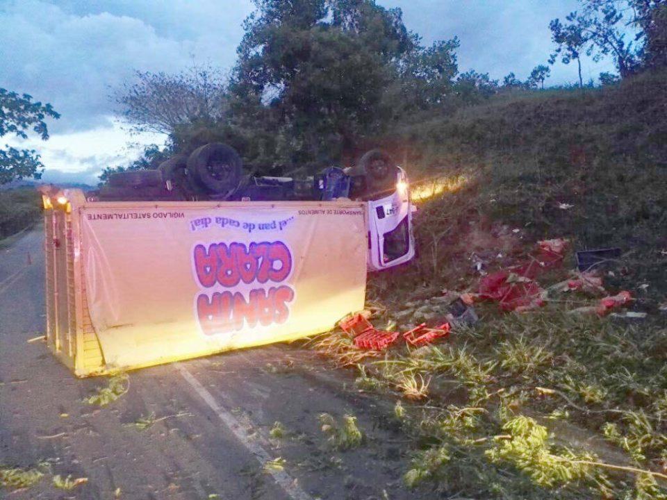 Camión con alimentos se volcó en la vía Altamira – Florencia 1 14 agosto, 2020