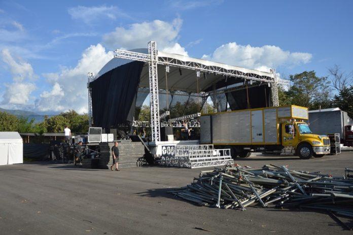 Más de 60 toneladas conforman la tarima y logística del 'Concierto para Todos' que se realizará mañana. Fotos Huber Llanos.