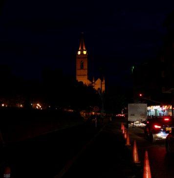 La carrera cuarta, frente a la Gobernación del Huila, es una de las calles más oscuras, las luces de los carros son las que alumbran el lugar.