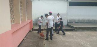 Los alumnos del plantel educativo han decidido hacer limpieza de la sede.