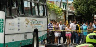 El motociclista se estrelló contra el bus.