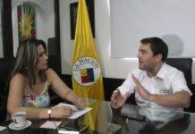 Claudia Marcela Medina García, gerente general del Grupo Informativo LA NACIÓN, entrevistando el ministro de Vivienda, Jaime Pumarejo.