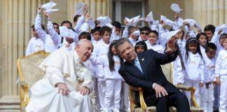 El presidente Santos le explica al Papa Francisco los edificios que rodean la Plaza de Armas de la Casa de Nariño.