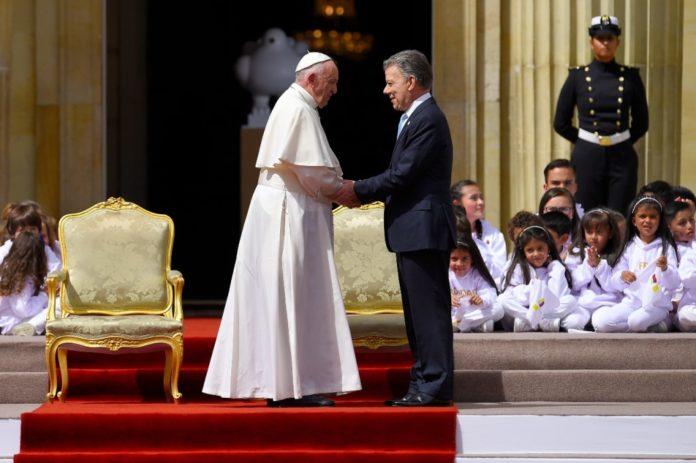 Desde muy temprano el Obispo de Roma llegó a la Plaza de las Armas en la Casa de Nariño a encontrarse con el Presidente Juan Manuel Santos.