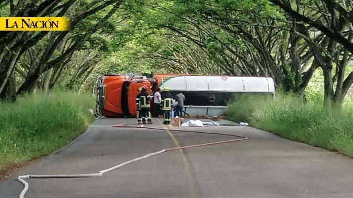 Camión cisterna se volcó en la vía Garzón - Neiva 1 7 abril, 2020