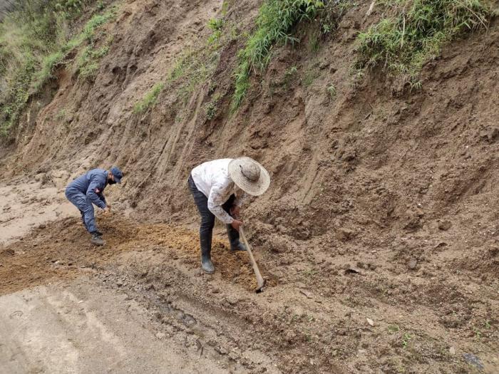 Con pica y pala, comunidad y Ejército arreglan vía de Baraya 10 9 abril, 2021